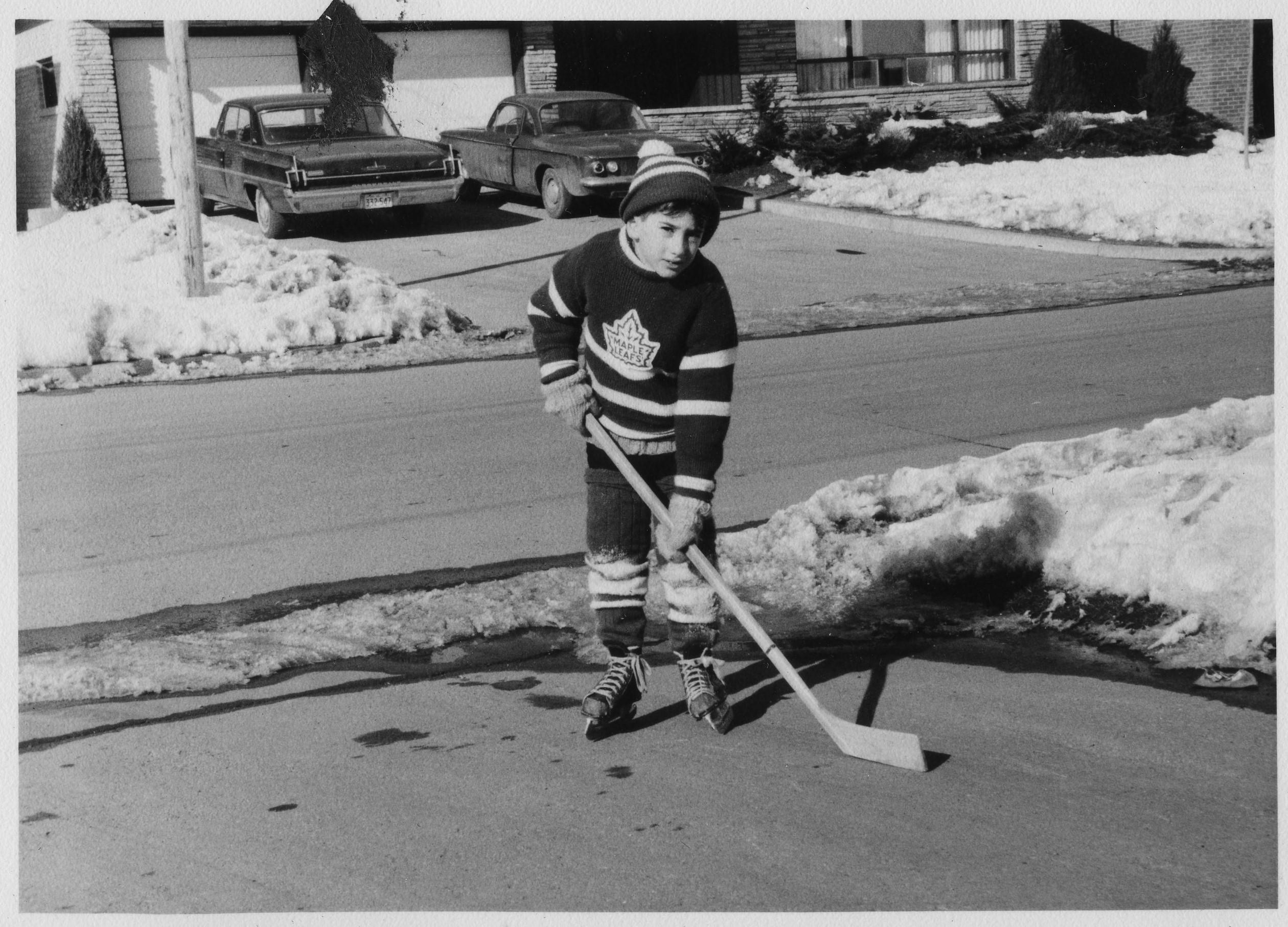 kid paying hockey